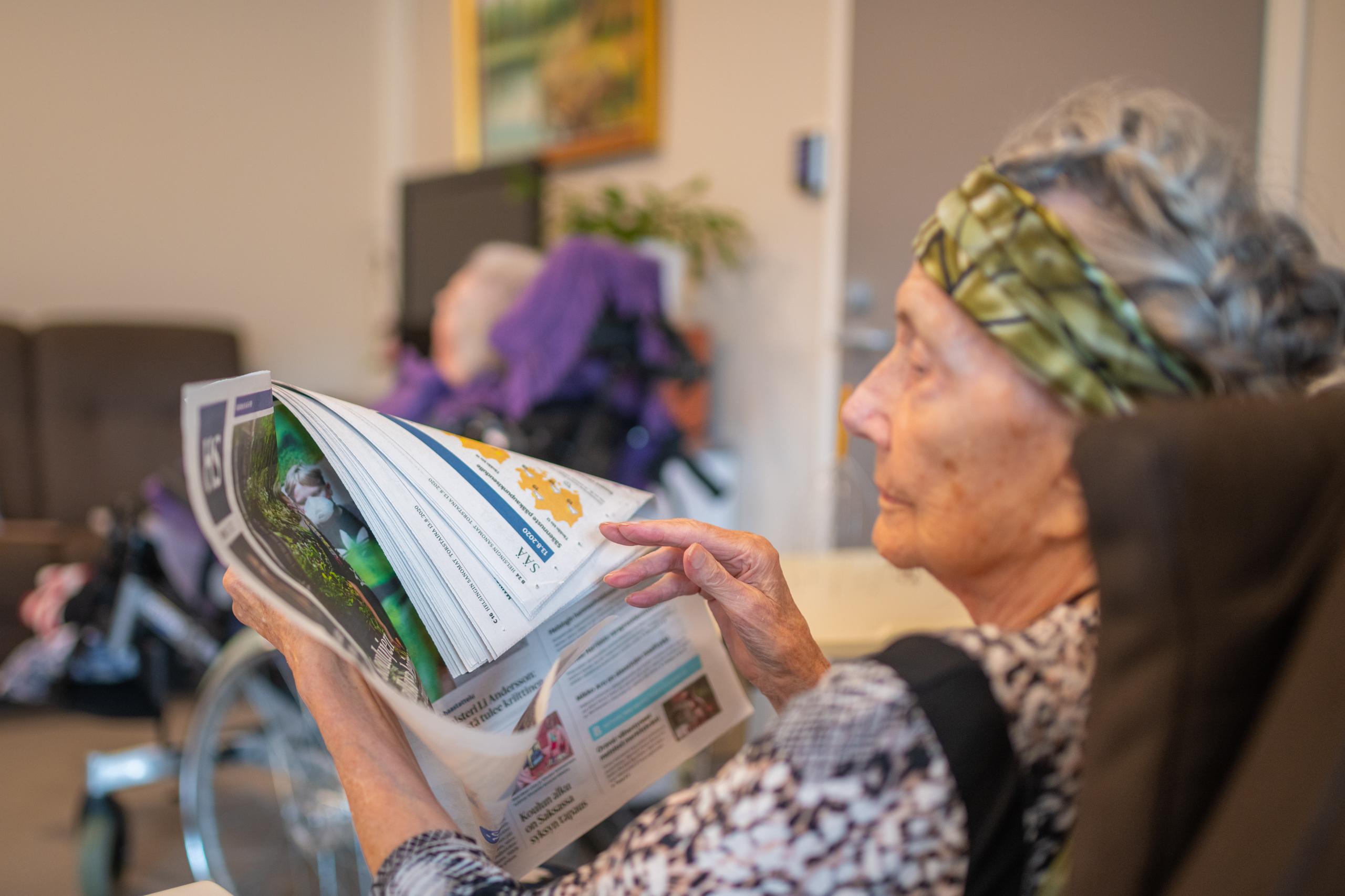 Päiväohjelmaamme kuuluu aamu- ja iltatoimien lisäksi mm. seurustelua ja sanomalehtien lukemista